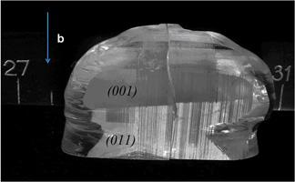 Кристалл тетрабората стронция с доменной структурой. Визуализация травлением
